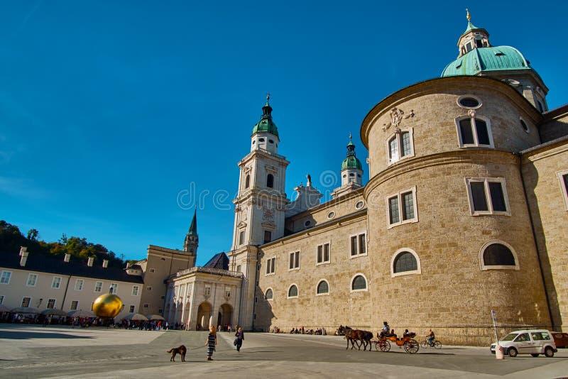 Salzburg Salzburger land, Österrike - September 11, 2018: Härlig solig sikt av zuen Salzburg för Salzburg domkyrkaDom royaltyfria bilder
