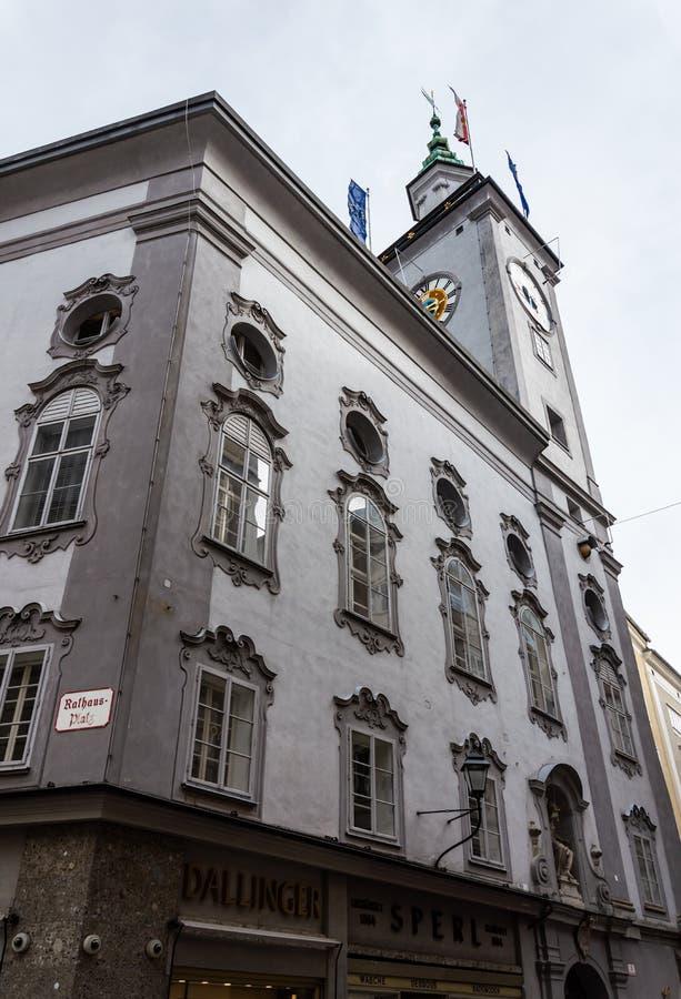 Salzburg-Stadt Stadt Hall Clock Tower gesehen von den Stra?en von Salzburg stockfotografie