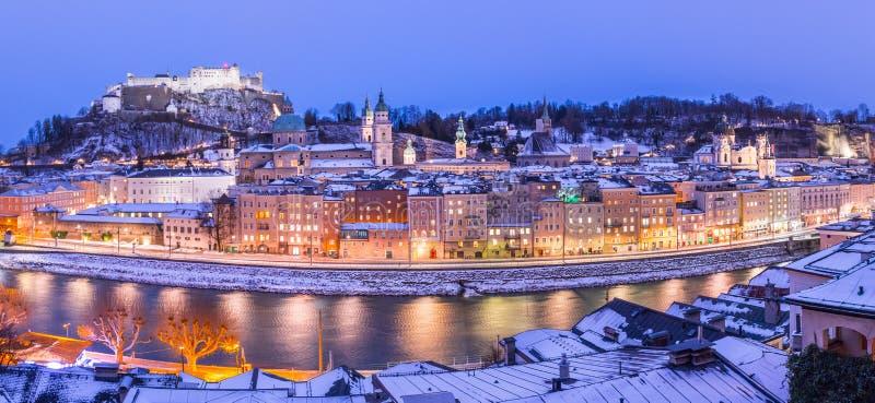 Salzburg vinterpanorama p? jul tid, ?sterrike royaltyfri bild