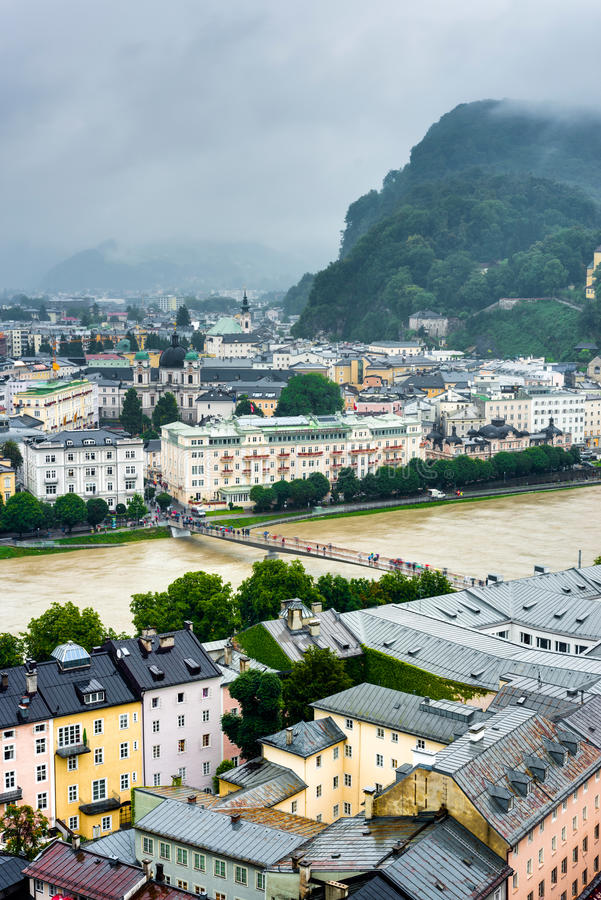 Salzburg visto de Monchsberg, Áustria imagem de stock