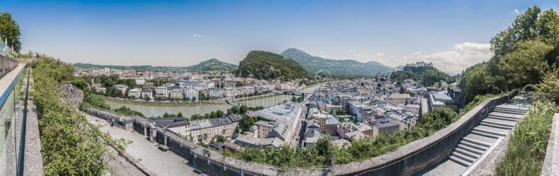 Salzburg zoals die vanuit het Monchsberg-gezichtspunt, Oostenrijk wordt gezien stock afbeeldingen