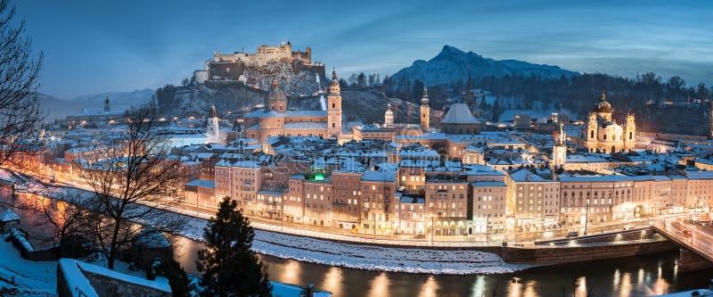 Salzburger Panorama zu Weihnachten im Winter, Österreich lizenzfreies stockbild