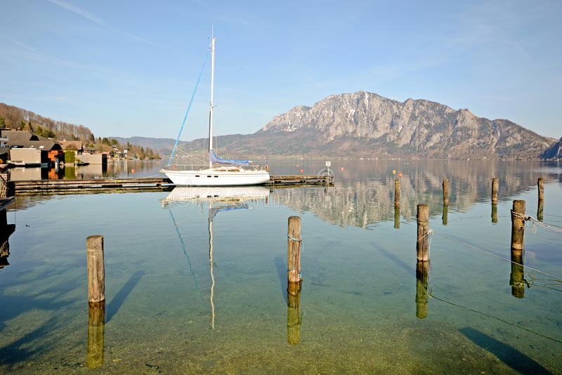 Salzburger ziemia Austria: Widok nad jeziornym Attersee - Austriaccy Alps fotografia stock