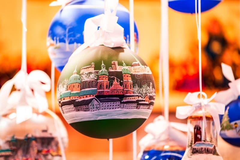 Salzburgo, Austria - Mercado de Navidad, árbol de Navidad con Salzburgo fotografía de archivo