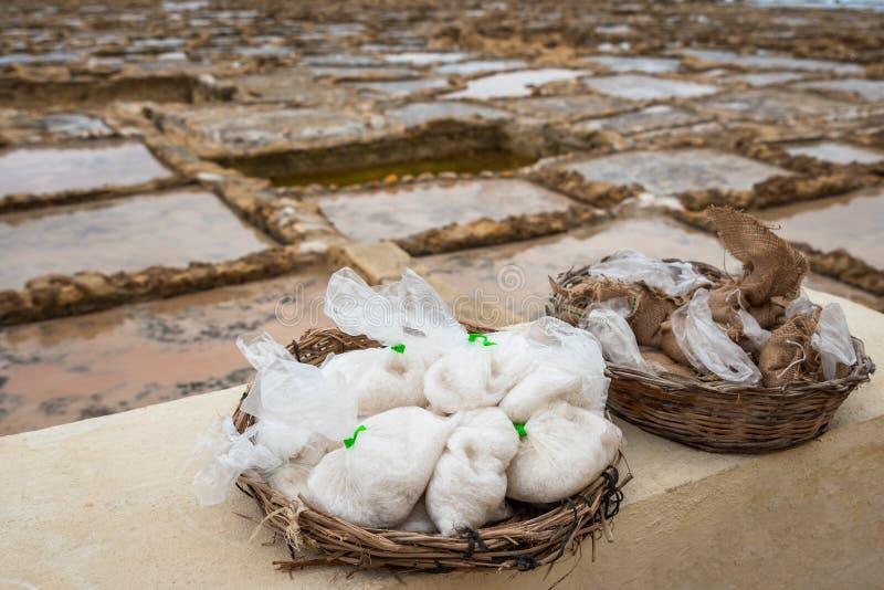 Salzen Sie die Taschen, die von den saltpans geerntet werden, die zum Verkauf bereit sind lizenzfreies stockfoto