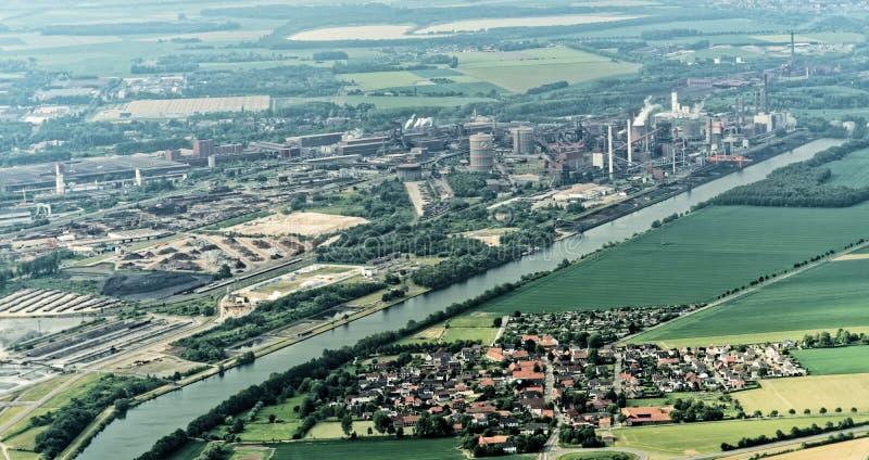 Salzgitter, Baja Sajonia, Alemania, el 24 de mayo de 2018: Acería en el canal Salzgitter-Stichkanal entre los prados y campos y u fotos de archivo