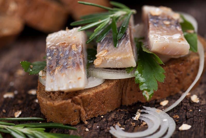 Salzige Fischscheiben auf einem Brot lizenzfreie stockfotografie