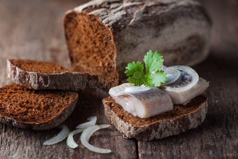 Salzige Fischscheiben auf einem Brot stockbilder