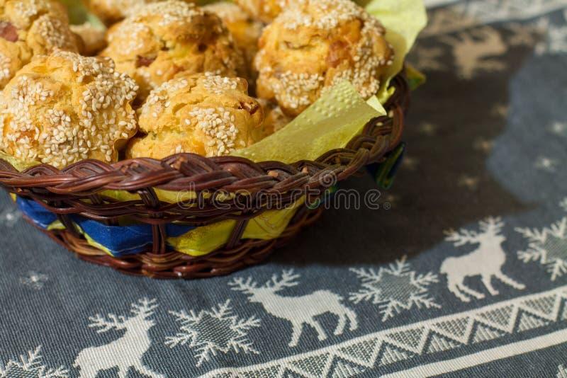 Salzige Muffins im hölzernen Korb stockfotografie