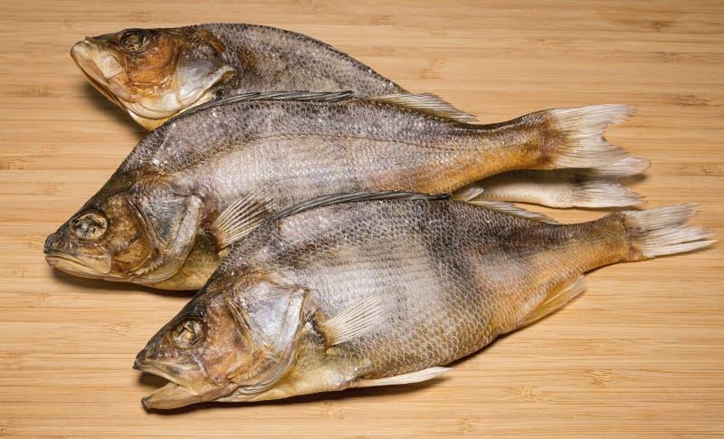 Salzige trockene Flussfische zum Bier auf einem Holztisch stockfotos