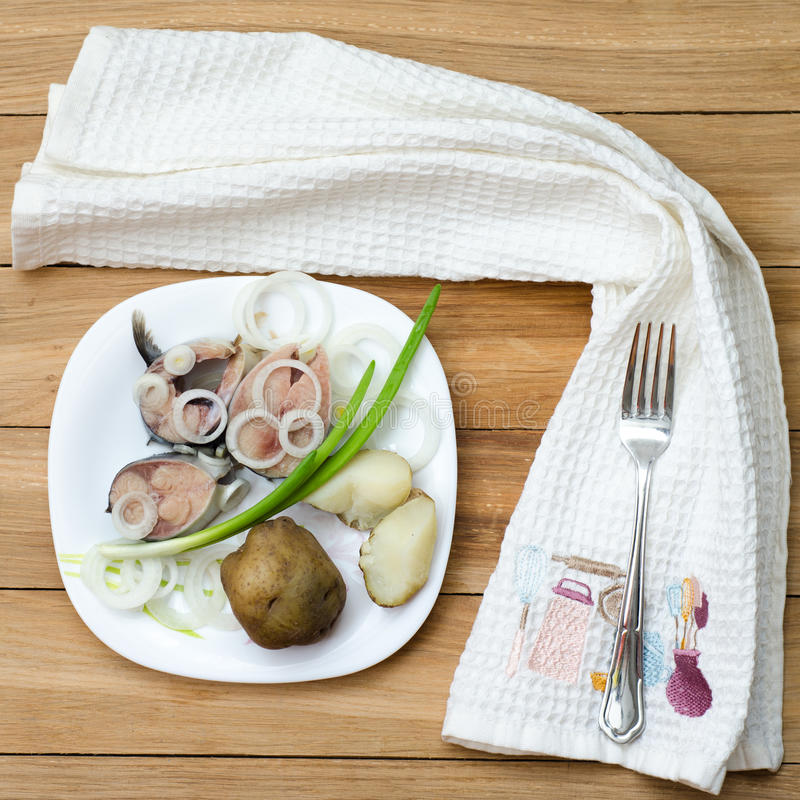 Salzmakrele mit Kartoffeln stockbild