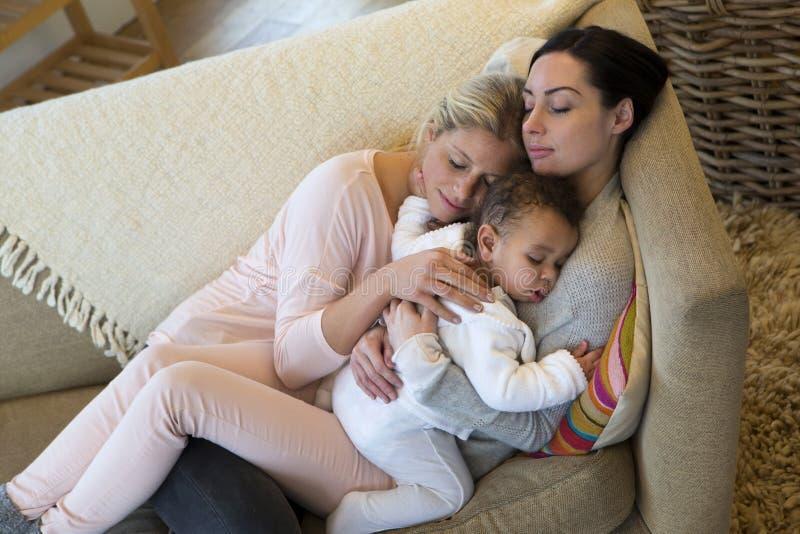 SAM-geslachtspaar met babyzoon thuis royalty-vrije stock afbeelding
