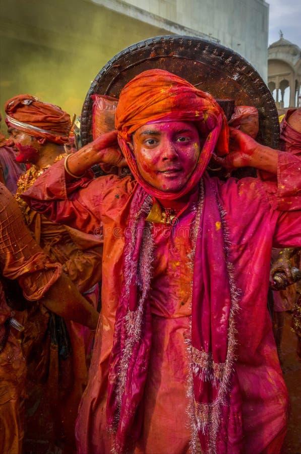 Samaj no templo durante o festival de Holi, Uttar Pradesh do nandgaon, Índia foto de stock