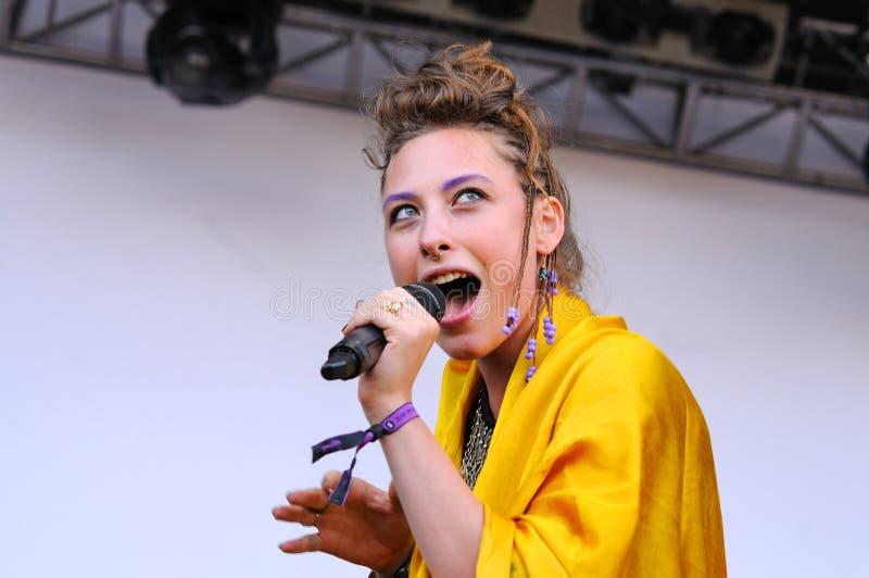 Samantha Urbani, cantante de los amigos americanos de la banda, se realiza en San Miguel Primavera Sound Festival fotografía de archivo libre de regalías