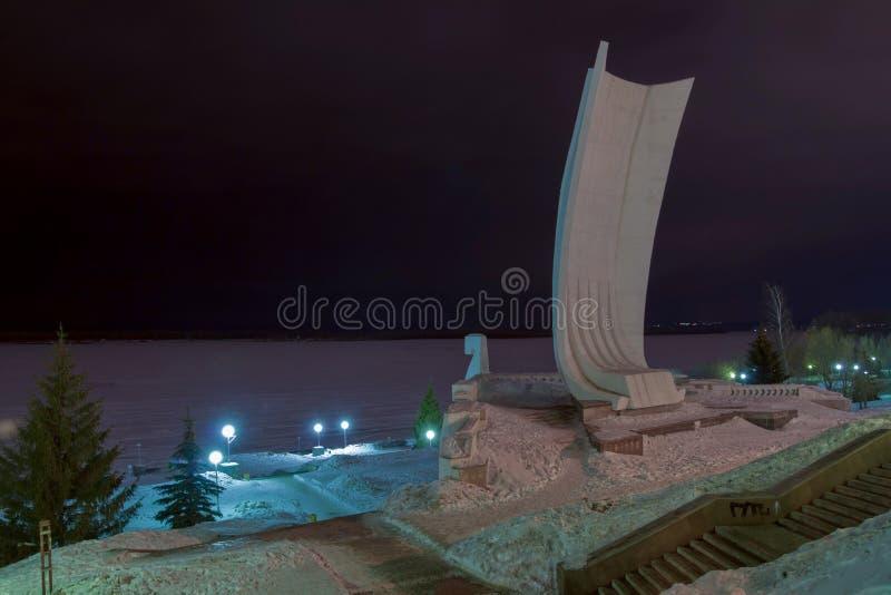 samara Άποψη νύχτας του Βόλγα και του κορακιού ` επιτυμβίων στήλη ` Κοράκι Stela - ένα τεράστιο, άσπρο, ενισχυμένο συγκεκριμένο μ στοκ εικόνες