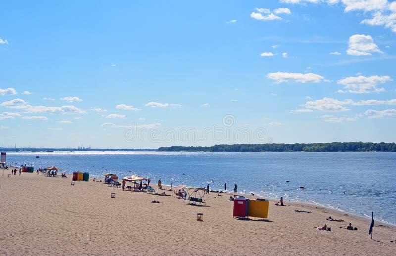 Samara, παραλία πόλεων στις ακτές του ποταμού του Βόλγα όμορφος σωρείτης σύννεφων στοκ φωτογραφία με δικαίωμα ελεύθερης χρήσης