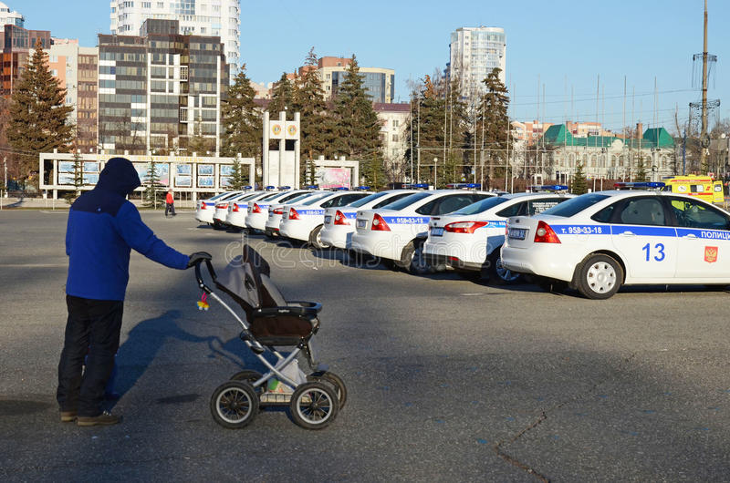 Samara, Ρωσία - 20 του Νοεμβρίου, 2016: Άτομο με τη μεταφορά μωρών και μια μεγάλη ουρά των αυτοκινήτων τροχαίων στοκ φωτογραφία με δικαίωμα ελεύθερης χρήσης