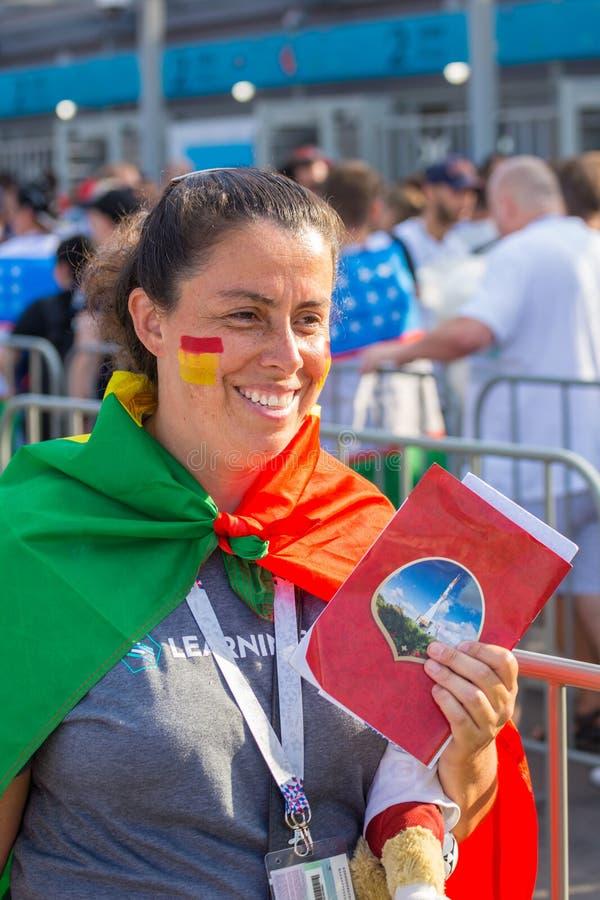 "Samara, τον Ιούνιο Ï""Î¿Ï… 2018: όμορφη μαζορέτα ποδοσφαίρου που χαμογελά στο Πα στοκ εικόνα με δικαίωμα ελεύθερης χρήσης"