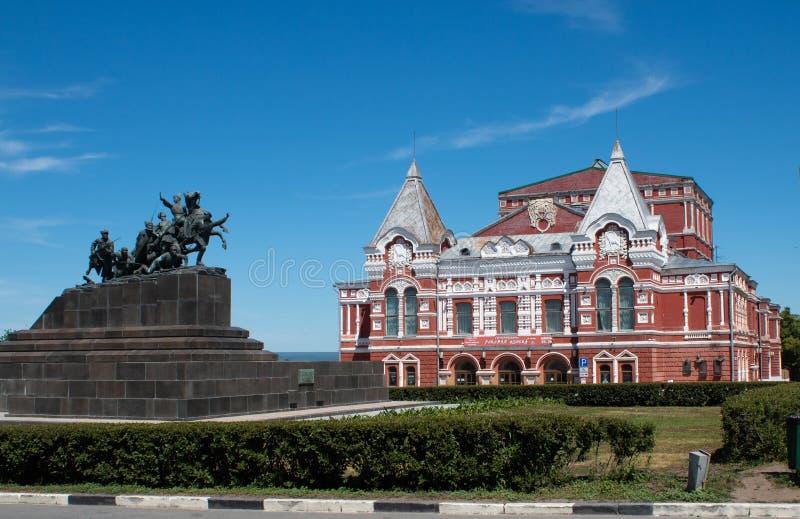 Samara Academic Theatre en het Oorlogsmonument royalty-vrije stock afbeeldingen