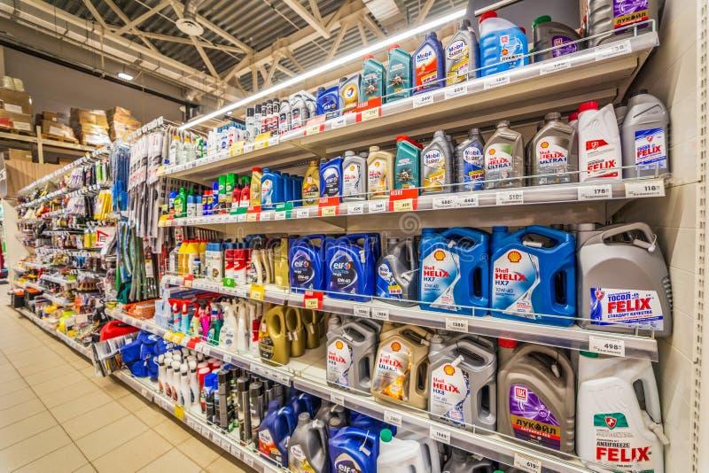 Samara, agosto de 2018: Aceites de motor automotrices, sustancias químicas automotrices y piezas de automóvil en los estantes del foto de archivo libre de regalías
