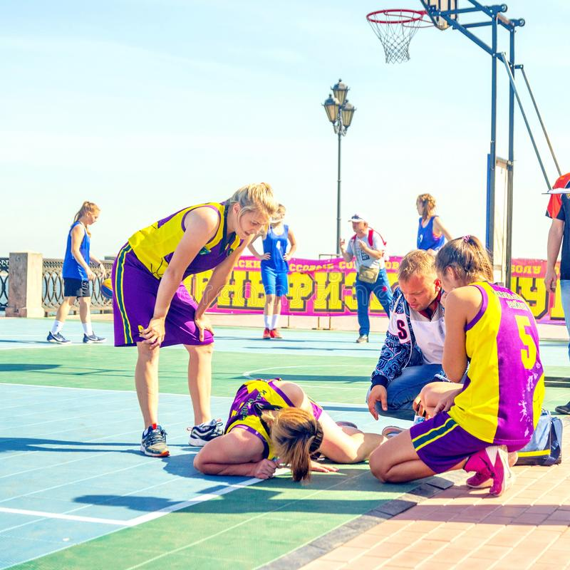 Samara, agosto de 2018: hirieron al jugador de básquet de la muchacha durante el juego fotografía de archivo