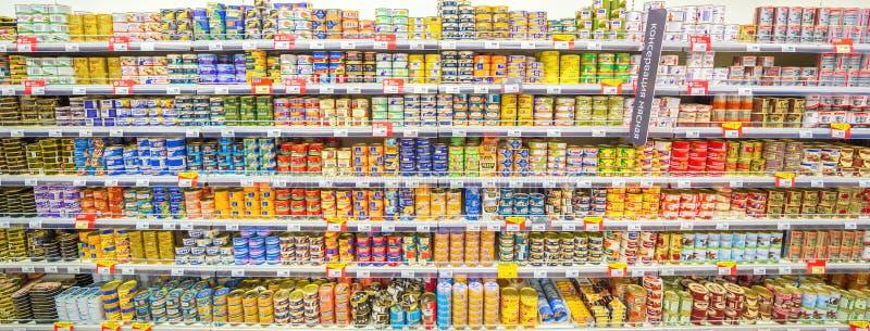Samara, agosto de 2018: pescados conservados en los estantes de una tienda del supermercado fotos de archivo