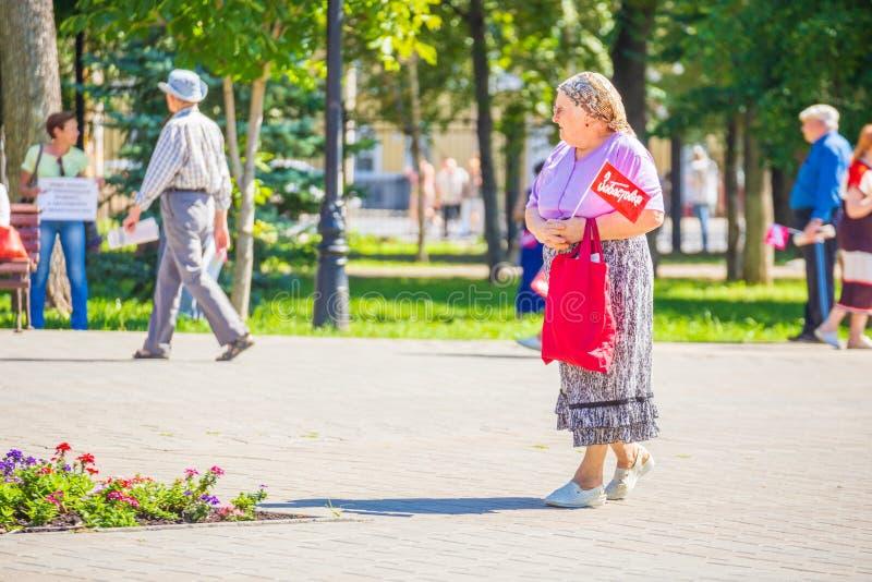 Samara, agosto de 2018: Un jubilado va a una reunión de la protesta Texto en ruso: Huelga imagen de archivo