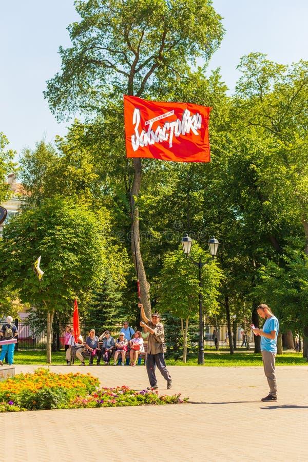 Samara, agosto de 2018: Un pensionista va a una reunión de la protesta Texto en ruso: Huelga foto de archivo