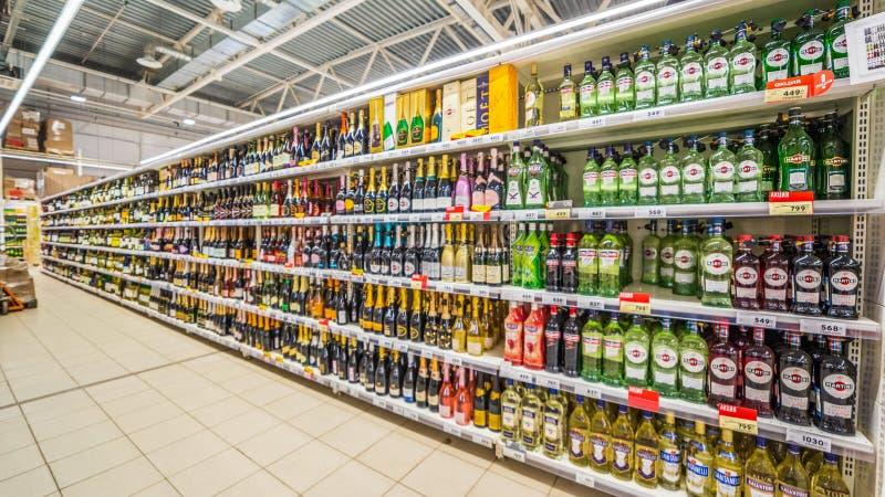 Samara, agosto de 2018: Venta del vino en el hipermercado de la red fotos de archivo libres de regalías