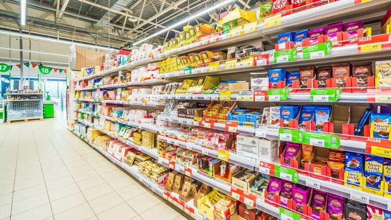 Samara, août 2018 : chocolat et pâtisserie sur l'étagère de supermarché images libres de droits