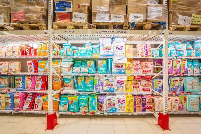 Samara, août 2018 : Pampers sur le compteur du magasin photo libre de droits