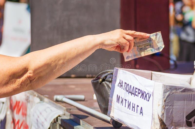Samara, août 2018 : une main donnant l'argent à la charité photos stock