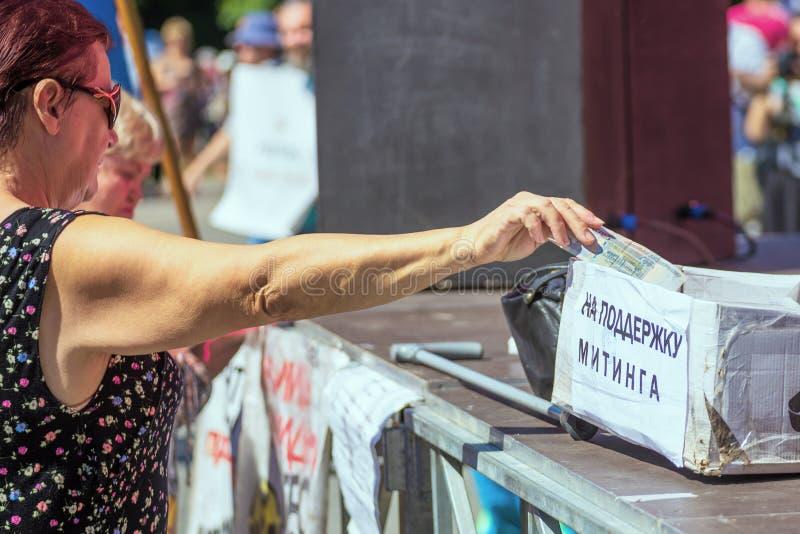 Samara, août 2018 : une main donnant l'argent à la charité images stock