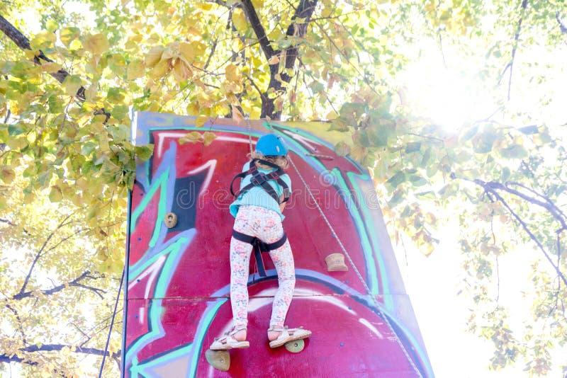 , Samara, Augustus, 2018: Een meisje beklimt omhoog op een de zomer zonnige dag stock afbeeldingen