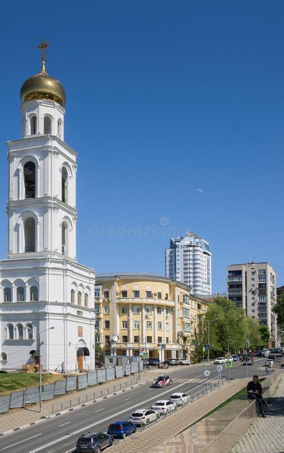 samara Calle de Vilonovskaya con el campanario de St Nicholas Church en el territorio del monasterio de Iveria imágenes de archivo libres de regalías