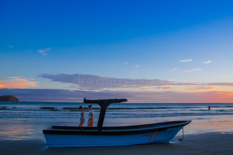 Samara, Costa Rica, juin, 26, 2018 : Belle vue extérieure de bateau dans le sable dans une vue magnifique de coucher du soleil da photos stock