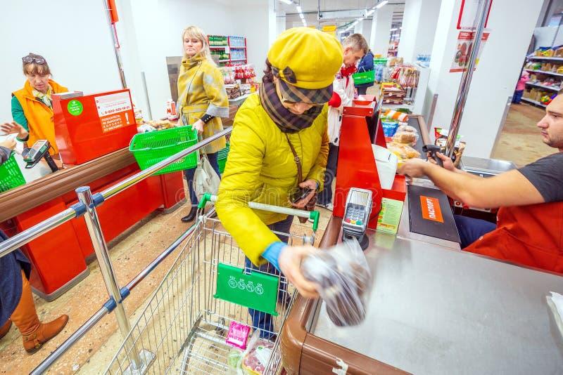 Samara, em novembro de 2018: As mulheres maduras no checkout para bens imagem de stock royalty free
