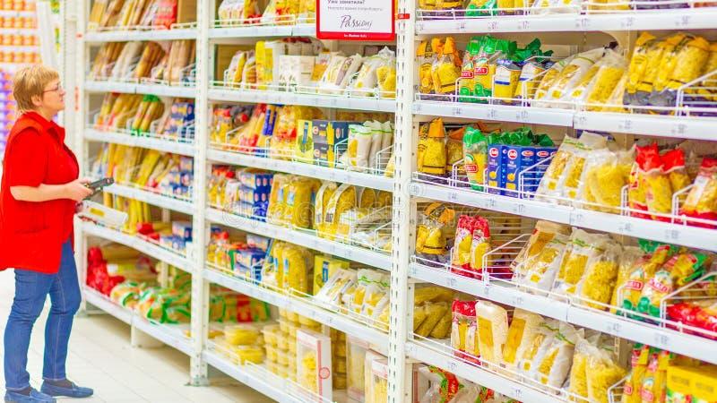 Samara, enero de 2019: una amplia selección de pastas en un supermercado grande fotos de archivo