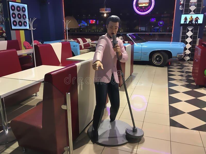 15 09 2018, Samara, figura de la Rusia-cera de Elvis Presley en el café en el ` de Gudok del ` del centro comercial imagenes de archivo