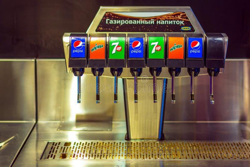 Samara, im Januar 2019: Automat für das Gießen von Pepsi, mirinda, REISSVERSCHLUSS lizenzfreie stockbilder