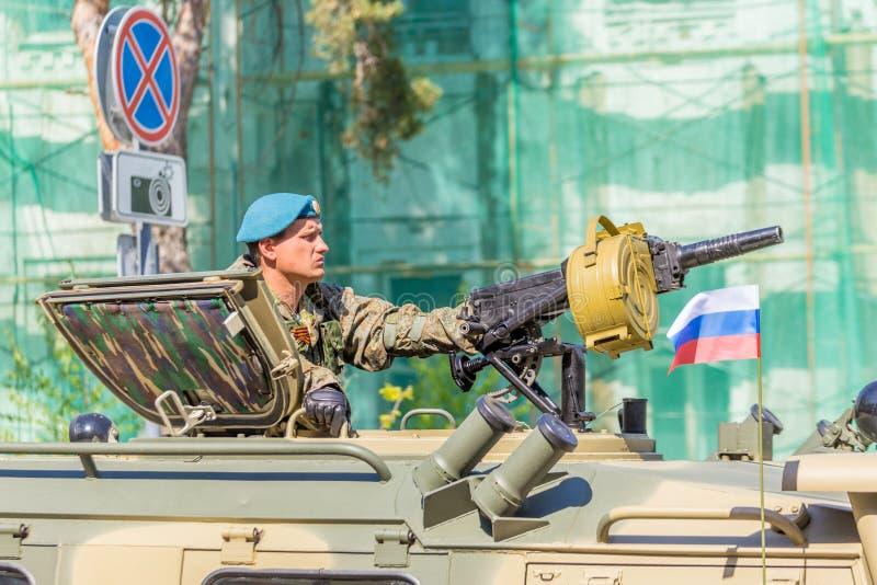 Samara, im Mai 2018: ein Soldat mit einem Maschinengewehr auf einem BMP stockfotos