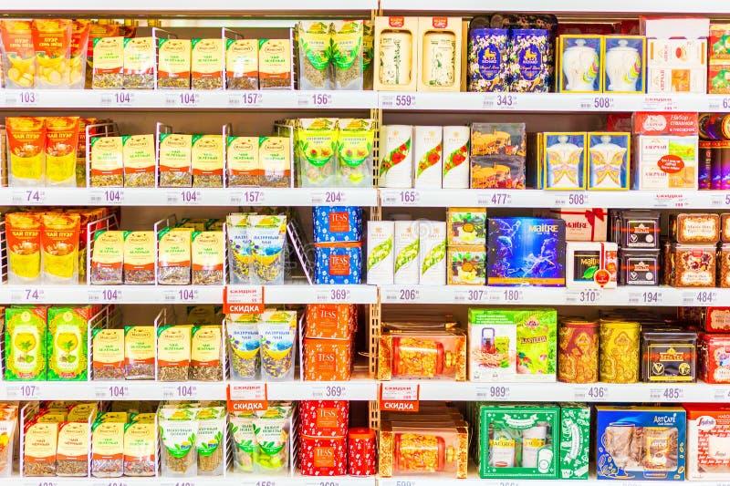 Samara, Januari 2019: diverse types van thee op de opslagplanken Tekst in Rus: groen, azuurblauw, brandtijger, thee royalty-vrije stock fotografie