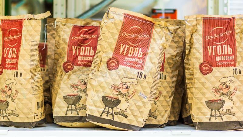Samara, Januari 2019: pakketten van berkhoutskool voor het koken van barbecue Tekst in Rus: steenkool, hout, berk, rust royalty-vrije stock foto's
