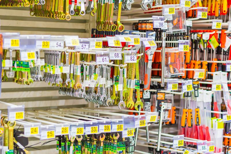 Samara, janvier 2019 : divers types d'outils sur la fenêtre de magasin image libre de droits