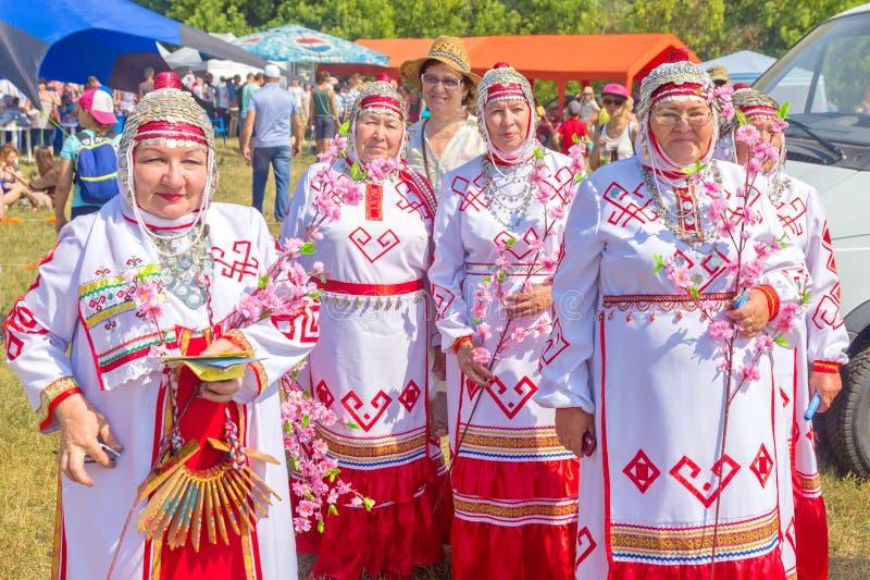 Samara, julio de 2018: Conjunto popular femenino en trajes nacionales del Chuvash foto de archivo libre de regalías