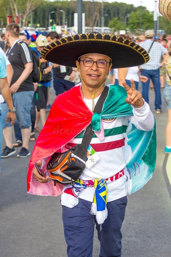 Samara, Lipiec 2018: Fan Meksykańska krajowa drużyna futbolowa są chorzy podczas FIFA 2018 puchar świata zdjęcia stock