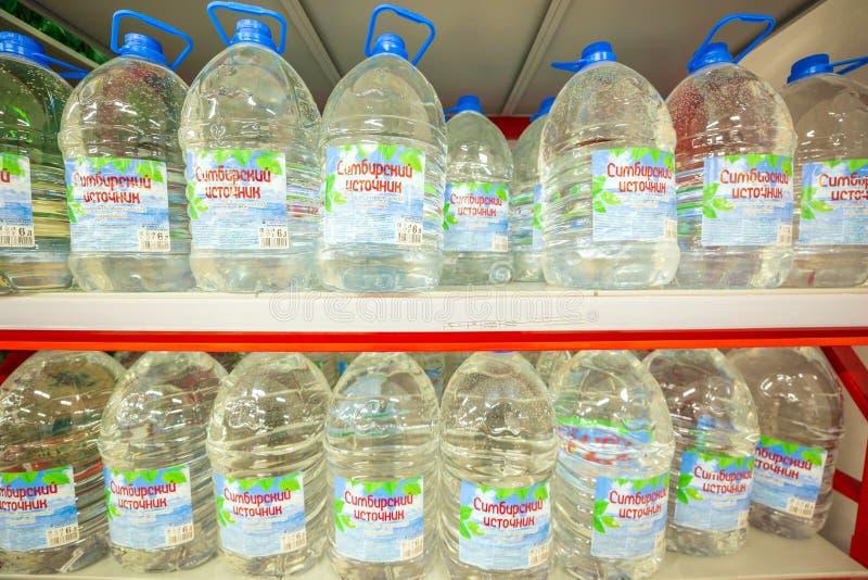 Samara, Listopad 2018: Wielkie butelki wody mineralnej Simbirsk źródło fotografia stock