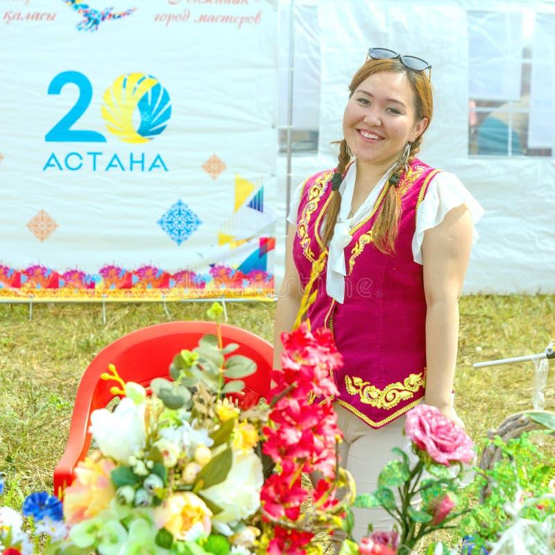 Samara, luglio 2018: Il venditore dei ricordi pieghi al festival Testo nel Russo: Astana fotografia stock libera da diritti