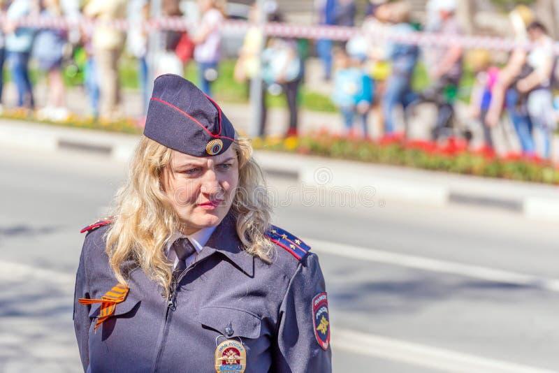 Samara, Maj, 2018: blond żeński kapitan policji ogląda regułę prawną zdjęcia stock
