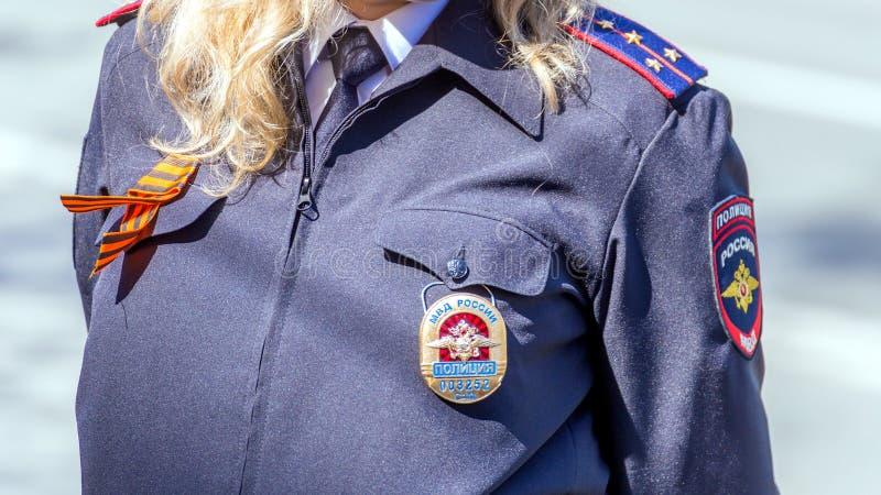 Samara, Maj, 2018: blond żeński kapitan policji ogląda regułę prawną zdjęcie royalty free